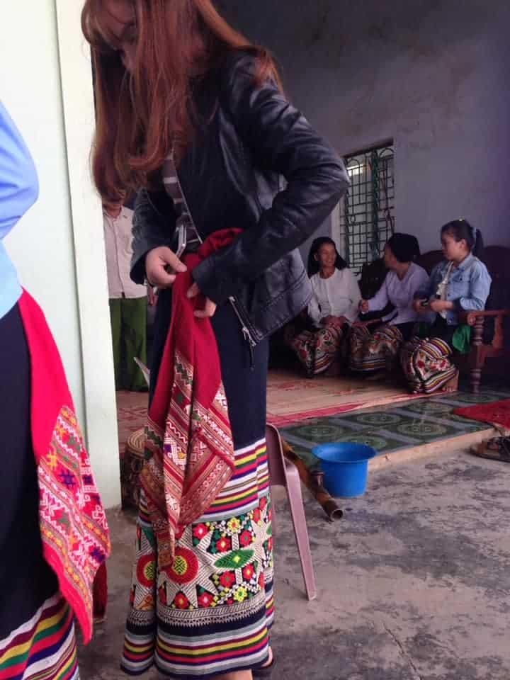Mặc quần áo truyền thống đi ăn cưới của cô gái Thái Nghệ an